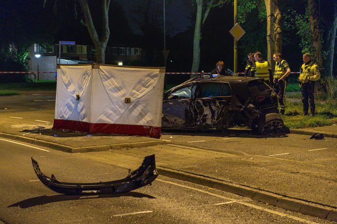 De politie doet onderzoek op de plek van het ongeval aan de Gildenlaan in de Apeldoornse wijk De Maten.