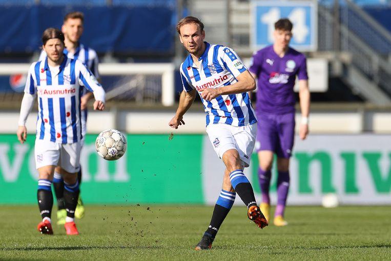 Siem de Jong verstuurt een pass in de wedstrijd tegen FC Groningen, Lasse Schöne kijkt toe. Beeld Pro Shots / Ron Baltus