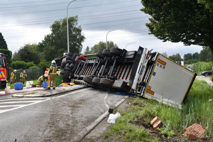 Na het accident kwam de vrachtwagen volledig dwars over de baan te liggen.