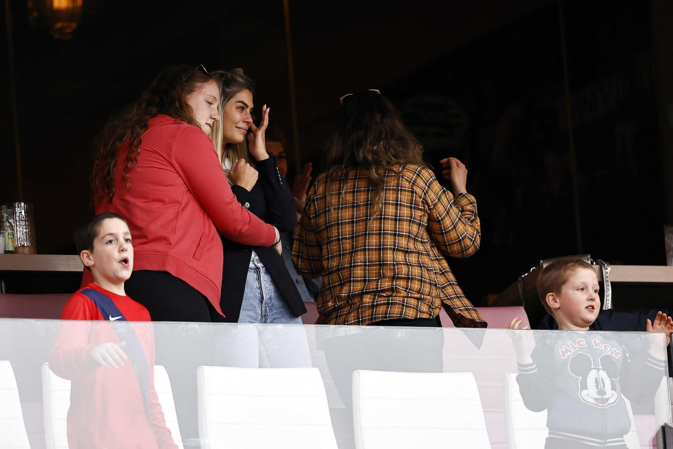 De vrouw van Eran Zahavi keek geëmotioneerd toe nadat de Israëliër PSV op een 4-0 voorsprong schoot.