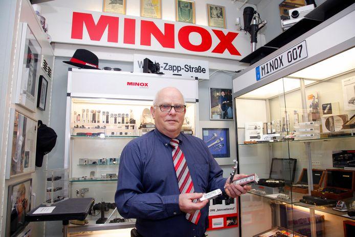 """Henk Hommers van het enige Minox Museum ter wereld, in Zaamslag. Hij zit er niet op te wachten dat hij entree moet gaan vragen. ,,Het zal mensen afschrikken."""""""