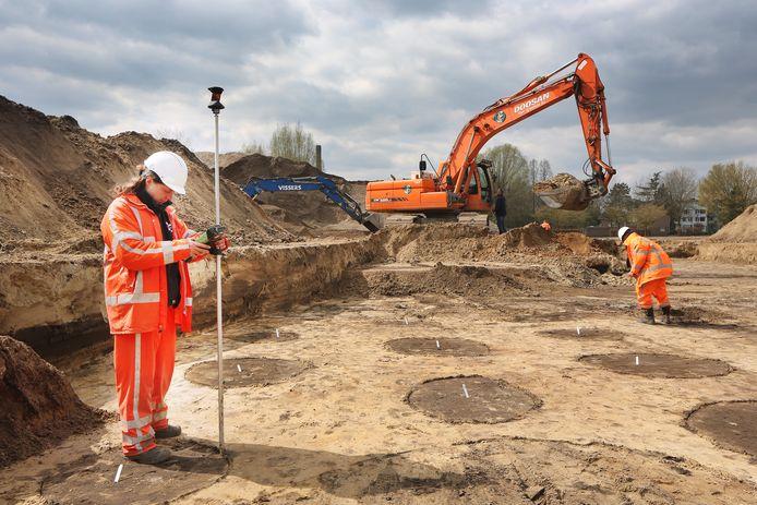 BREDA - Archeologen brengen in de wijk Doornbos-Linie de gevonden valkuilen op het voormalige Euretco-terrein in beeld. Iedere kuil wordt gemeten, de gps-positie wordt bepaald, er worden tekeningen en foto's gemaakt. Daarnaast wordt een rapport met de bevindingen toegevoegd. In een later stadium komt er tekst met uitleg op het Erfgoedweb van Breda.