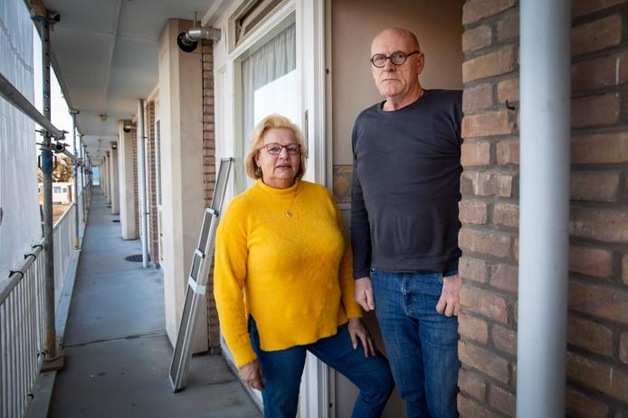 Gusta en John: ,,Als je deur uitloopt, bots je zo tegen de buurman op. Hoezo minder kans op besmetting?''