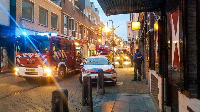 De brandweer is in de Gasthuisstraat voor een brandmelding.