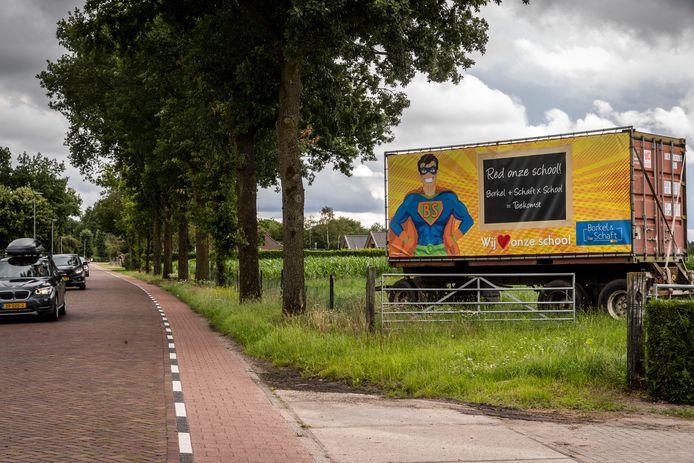 Borkel en Schaft zet zich in voor behoud van de basisschool, grote poster bij de entree van het dorp.