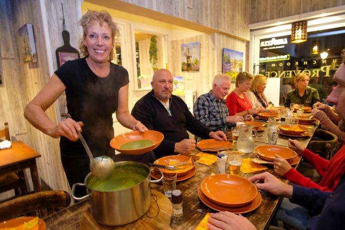 Mirjam, eigenaresse van huiskamerrestaurant Entre Nous. Terwijl ze schalen uitserveert