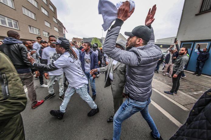 Tijdens de herdenkingsmars voor Lamine Bangoura heerste een gespannen sfeer.
