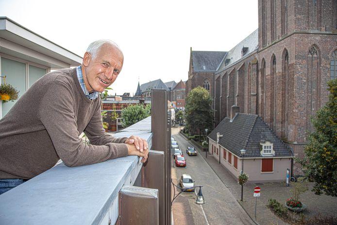 Vanaf zijn dakterras ziet Herman Schuitema het allemaal gebeuren.