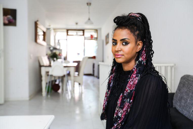 Sara Tareke volgde een opleiding tot cruiseschipmedewerker: 'Pittig, maar ik kan nu wel als de beste cocktails shaken.' Beeld Eva Plevier