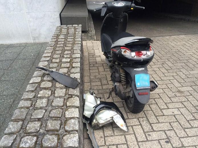 De scooterrijder kwam ten val bij de botsing