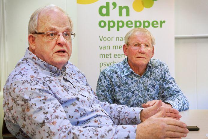 Leo Hulsebos (links) en Jan van Sonsbeek vertellen in Oss over d'n Oppepper (bijeenkomst voor de naasten van psychisch zwakke mensen).