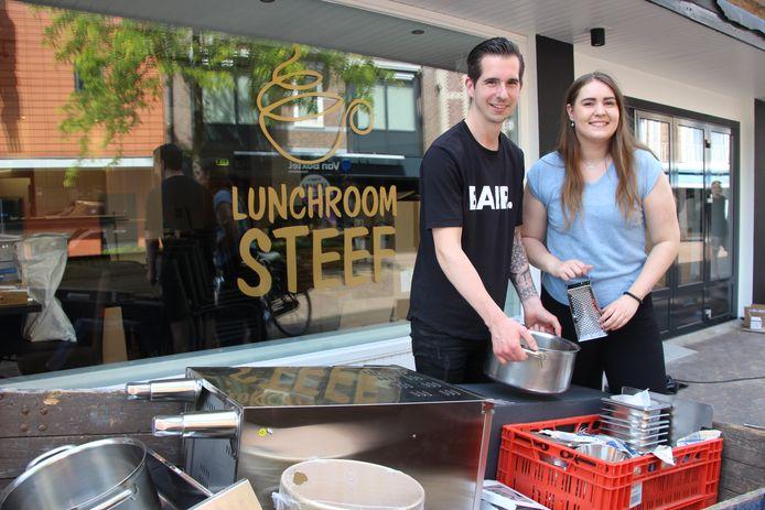 Stephen Verheijen en Danique Hagen waren nog tot de opening in de weer in Lunchroom Steef aan Hoofdstraat 45 in Veghel.