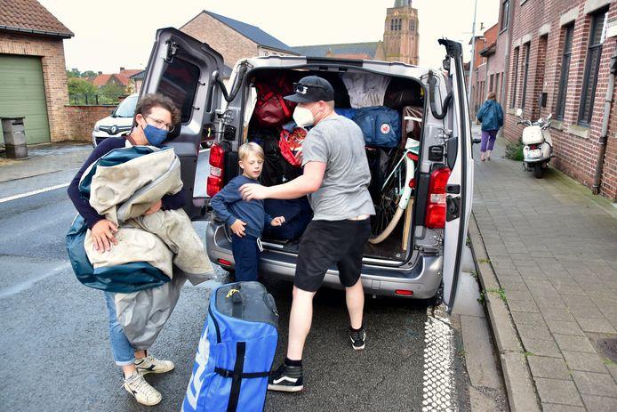 In de Dikkebusstraat in Dranouter, aan het ontmoetingscentrum De Klakeye, was het 's avonds een komen en gaan van ongeruste ouders die hun kinderen kwamen ophalen na de zondvloed op de kampplaats van KSA Mortsel.