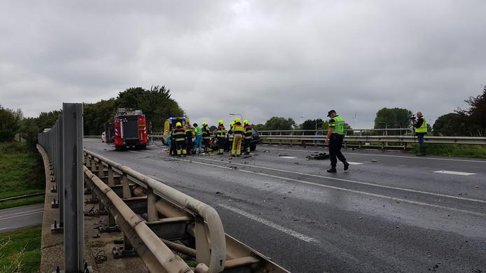 Op de Cuneraweg is een auto tegen een vrachtwagen gebotst.