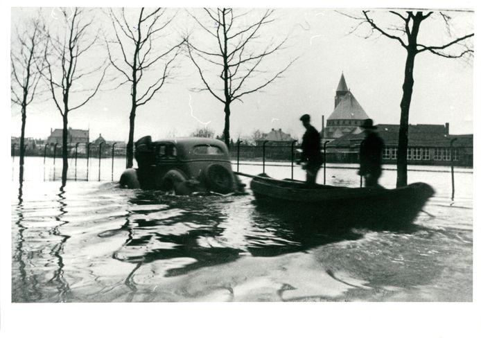Wateroverlast is van alle tijden, zoals op deze oude foto uit de Almelose Violierstraat te zien is.