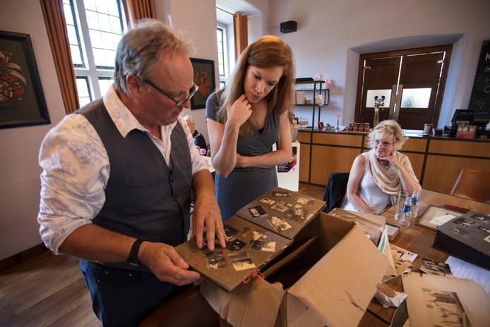 Mark Luis Earp (links) schenkt directeur Marianne Splint van het Kasteel van Helmond persoonlijke spullen van zijn oma, Emilie Wesselman, de laatste bewoonster van het kasteel. Earps vrouw Elaine kijkt toe.
