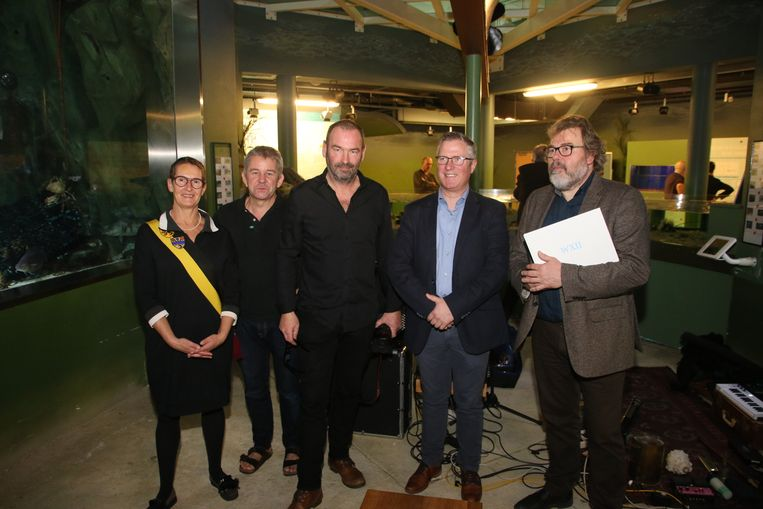 Koksijds cultuurschepen Rita Gantois, Peter Paelinck, Luc Vanhoucke, uitgever Johan Vergote en Yves Bondue