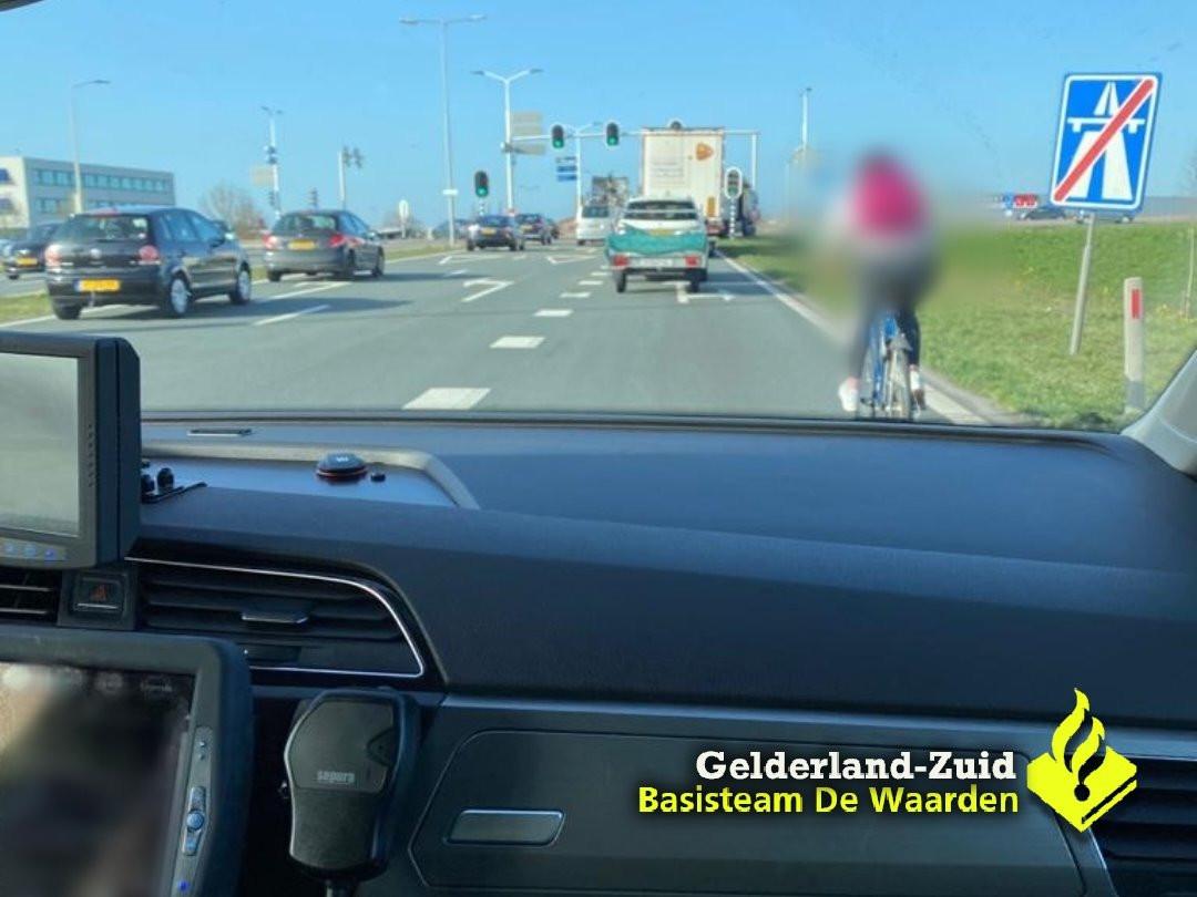 Vrouw fietst drie keer over de A2 bij Zaltbommel.