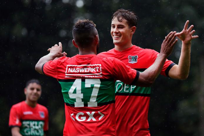 Sven Braken viert een doelpunt in de oefenwedstrijd tegen de amateurs van NEC met Leroy Labylle (47). De spits gaat niet naar Mexico.