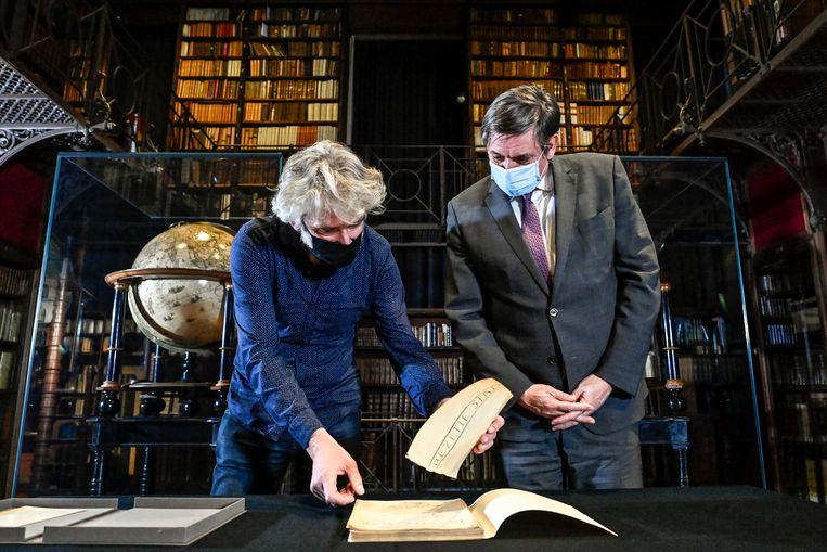 Minister-president Jan Jambon mag het manuscript van 'Bezette stad' van Paul Van Ostaijen al inkijken. 'Die 'BOEM paukeslag' maakte altijd weer de hele klas wakker' herinnert hij zich. Beeld BELGA