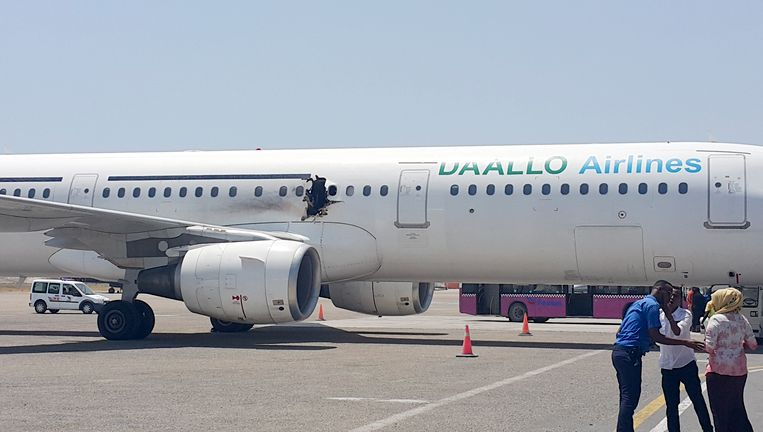 Het toestel van Daallo Airlines, met het door de explosie veroorzaakte gat Beeld ap