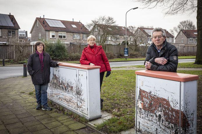 Swanet Vink, Hermine Banis en Arjen Hoogervorst (vanaf links) van de werkgroep die verdeelkasten voorzien van boerderijtekeningen van Jo Niks.