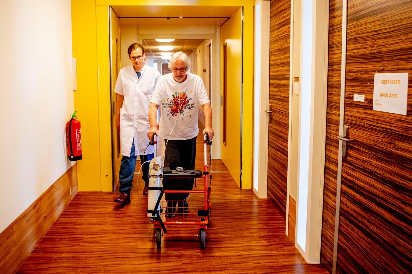 Aad Moerman oefent met een rollator in de gangen van revalidatiecentrum Basalt in Den Haag.