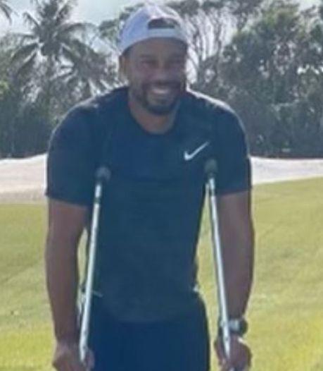 Tiger Woods op krukken deelt eerste foto sinds ongeluk: 'Herstel gaat langzaam'