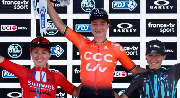 Marianne Vos op het podium naast nummer twee Leah Kirchmann (l) en drie Cecilie Uttrup (r).