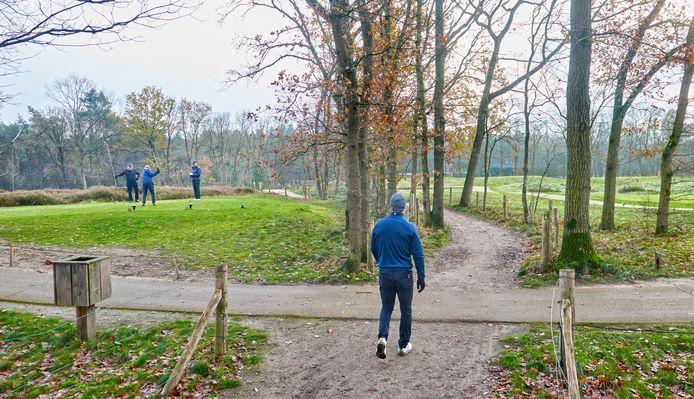 Een wandelaar op het pad tussen twee holes van golfbaan The Duke.