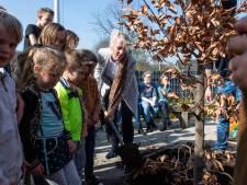 Spelen en leren op een groene speelplaats in Hellendoorn