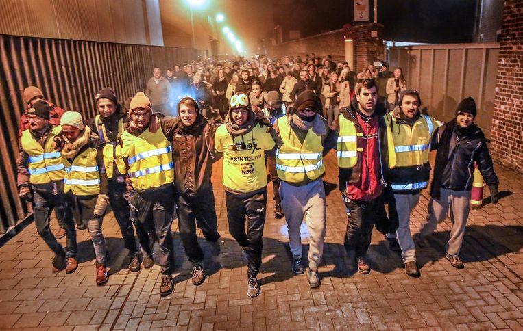 De dappere wandelaars werden in de straten van Poperinge opgewacht door een massa sympathisanten, wat enkel emotionele knuffelmomenten teweegbracht (foto onder).
