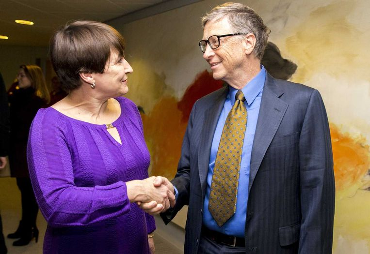 Minister Lilianne Ploumen voor Buitenlandse Handel en Ontwikkelingssamenwerking ontvangt Microsoft-oprichter Bill Gates in haar werkkamer op het ministerie. Beeld anp