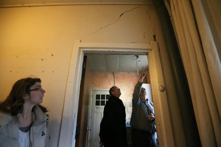 Minister Henk Kamp van Economische Zaken bezoekt in Woltersum een familie die schade heeft door de aardbevingen. Beeld anp