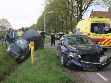 Auto in sloot beland na botsing in Sprundel