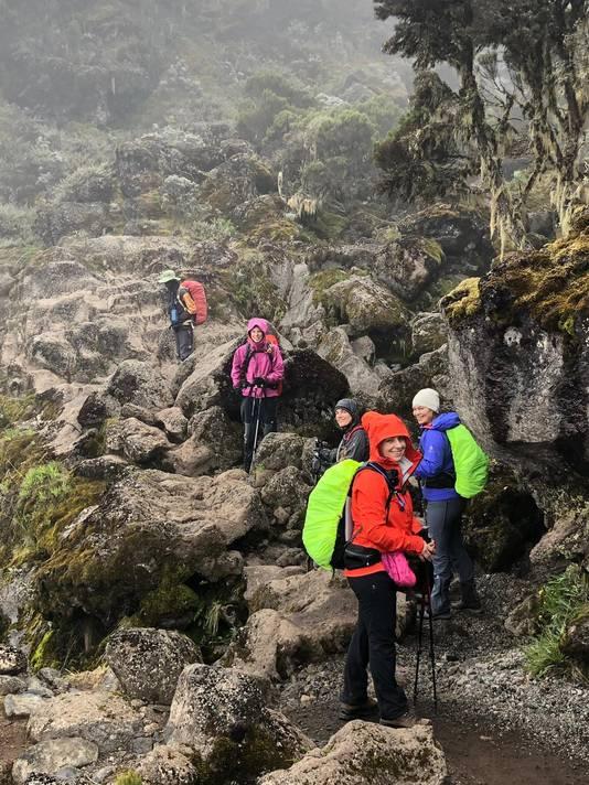 De 42-jarige Lana Gerssen (oranje jas) tijdens de beklimming van de Kilimanjaro.