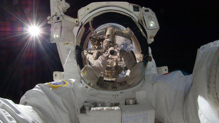 Een vele malen geretweete 'selfie' van de Japanse astronaut Aki Hoshide tijdens een ruimtewandeling bij het internationale ruimtestation ISS. Beeld AP
