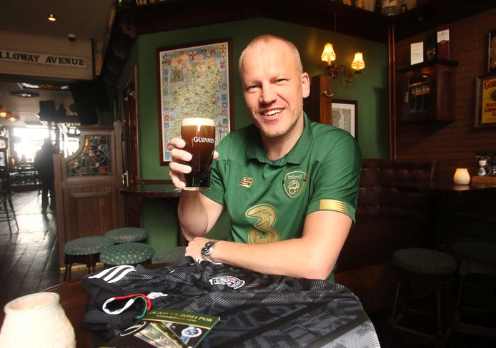 John Gulay draagt het shirt van Ierland om tijdens het EK neutraal te zijn; The Boys in Green doen deze keer niet mee.