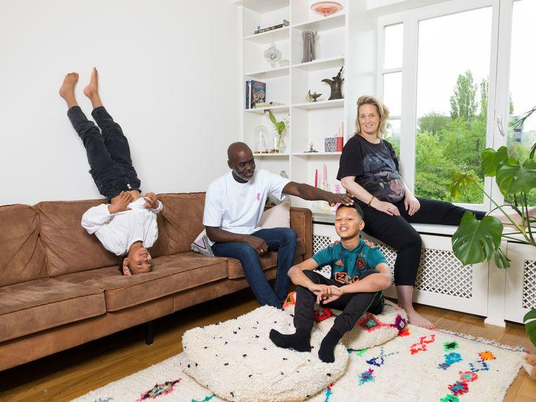 Martin van Engel (41), Marloes Moolenaar (40), Miles (11) en Nina (7). 'De baby is er echt dankzij corona; we waren ineens vaker thuis.' Beeld Ivo van der Bent