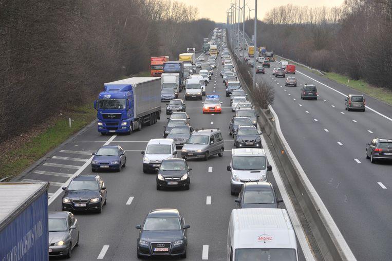 Door het gaslek in Aalst was het de hele dag aanschuiven op de E40 richting Brussel vanaf Wetteren. De politie baant zich een weg door de wagens op weg naar een interventie