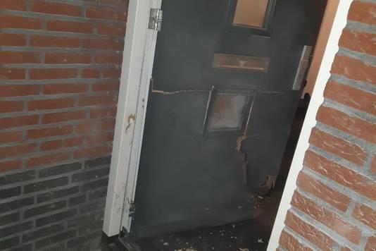 De beschadigde voordeur van Steven Adriaansen in Hoogerheide. De Woensdrechtse burgemeester werd in de nacht van zaterdag op zondag opgeschrikt door een vuurwerkbom.