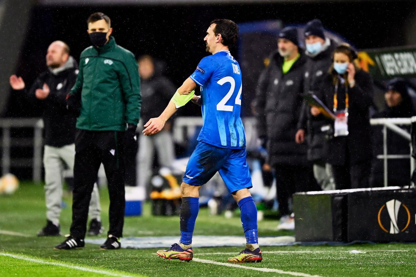 oud-Heerenveen speler Sven Kums moest na enkele seconden weer van de bank komen en het restand van de wedstrijd uitspelen.