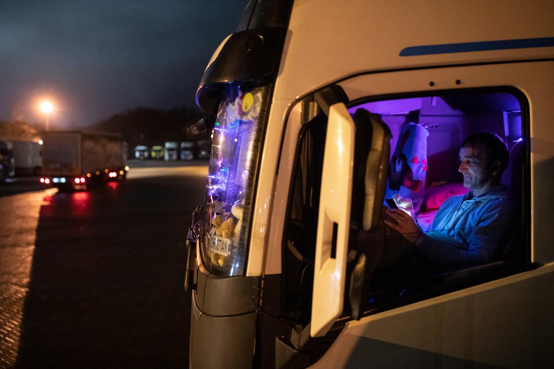 Een Roemeense vrachtwagenchauffeur wacht op de parkeerplaats in Ashford, vlakbij Dover. Beeld Dan Kitwood/Getty Images