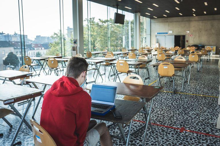 Bij code oranje mocht een beperkt aantal studenten nog de aula in. Intussen geldt code rood en zijn onlinelessen verplicht. Beeld Wannes Nimmegeers