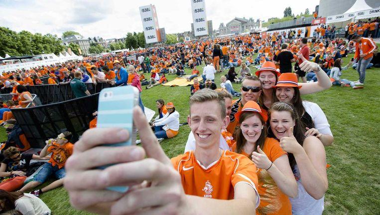Oranje-fans op het Museumplein voorafgaand aan de WK-wedstrijd tussen Nederland en Mexico. Beeld anp