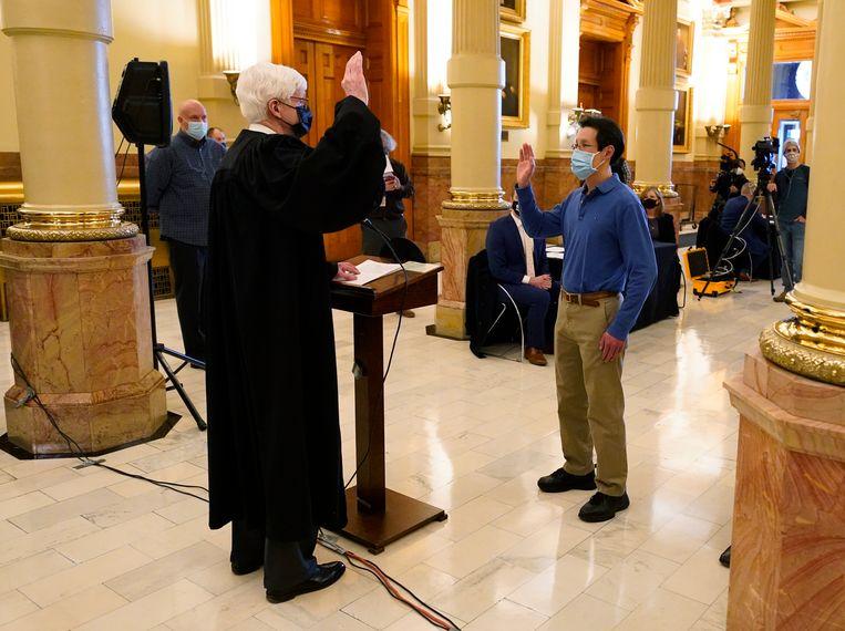 Kiesmannen leggen de eed af voor ze hun stem uitbrengen. Beeld AP