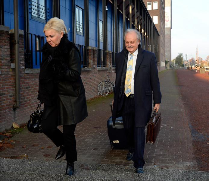 Het echtpaar Visser op weg naar de rechtbank in Almelo. (Archieffoto)