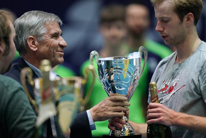 Botic van de Zandschulp krijgt de prijs van runner-up bij het Challengertoernooi van Koblenz uitgereikt.