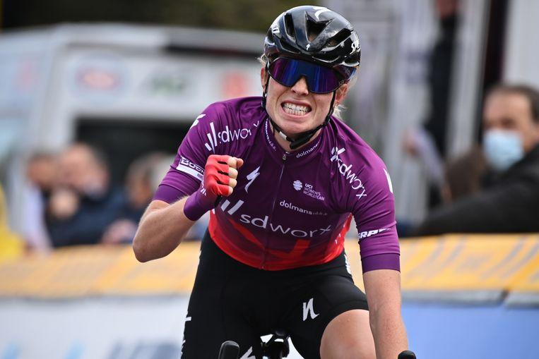 Demi Vollering komt over de finish bij de Brabantse Pijl. Beeld BELGA