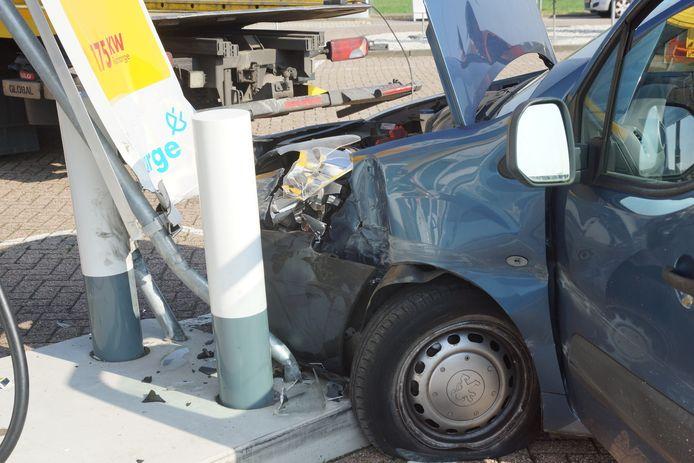 De bestuurder is naar het ziekenhuis gebracht.